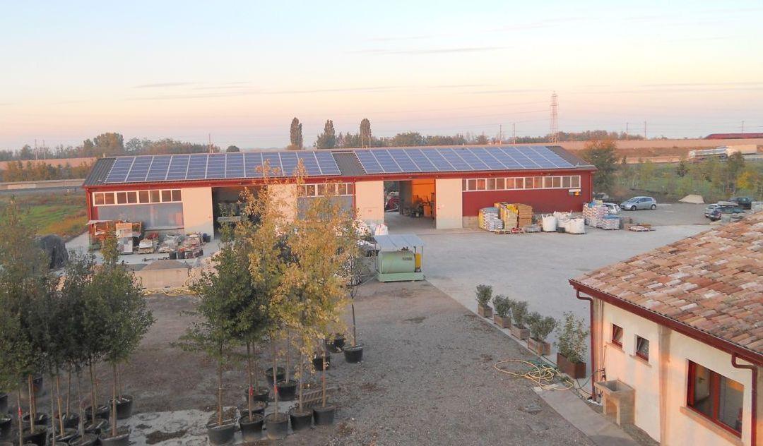 Dalle camere dell'agrituriso si vede ll'impianto fotovoltaico in piena produzione, costruito sul capannone ricovero attrezzi agricoli dell'azienda.