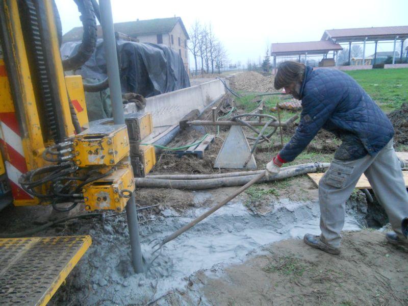 Per avere un buona qualità dell'acqua (non troppo ferrosa) il pozzo deve andare in profondità fino a 80/100 metri! Il nostro terreno è argilloso per cui si tratta di lavorare qualche ora, a ritmo di 30/40 mt. ogni ora.