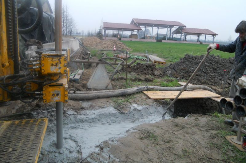 Il pozzo viene perforato in prossimità delle serre e del parco: i nostri prati e le nostre piante avranno tutta  l'acqua necessaria!