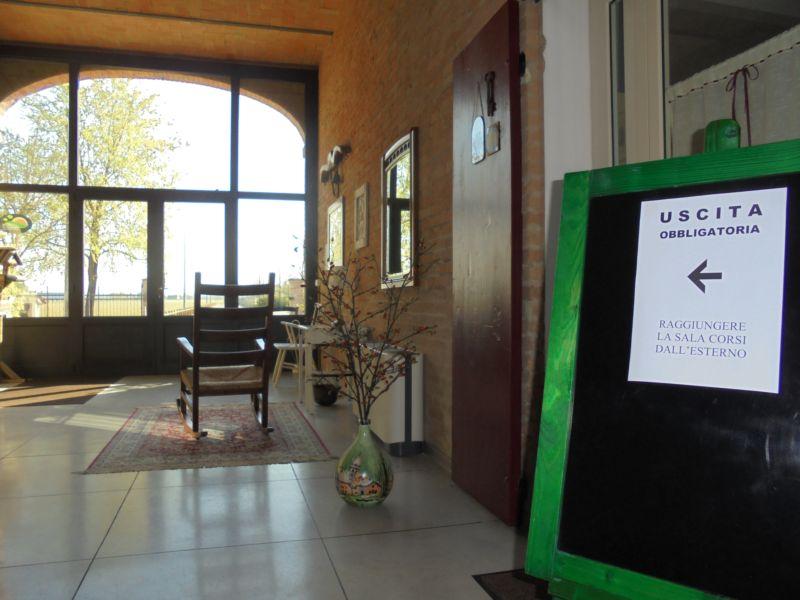 Percorso obbligatorio per uscire dalla porta principale e rientrare in sala dall'esterno, dopo la pausa
