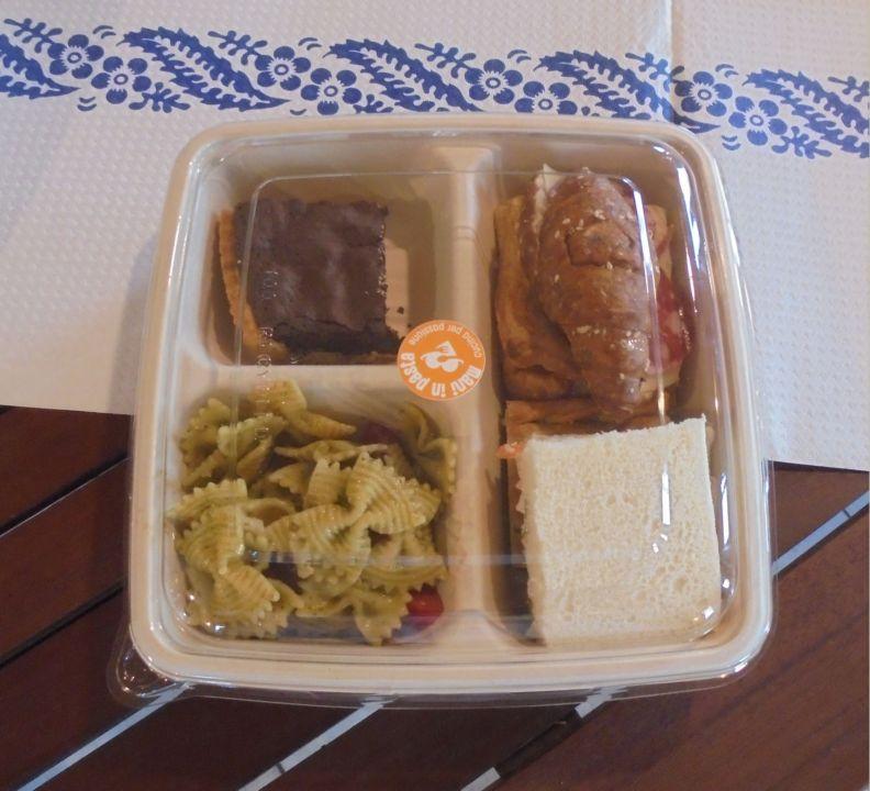 Ogni catering ha proposte diverse, sempre in completo rispetto della monoporzione in contenitori 'a perdere'
