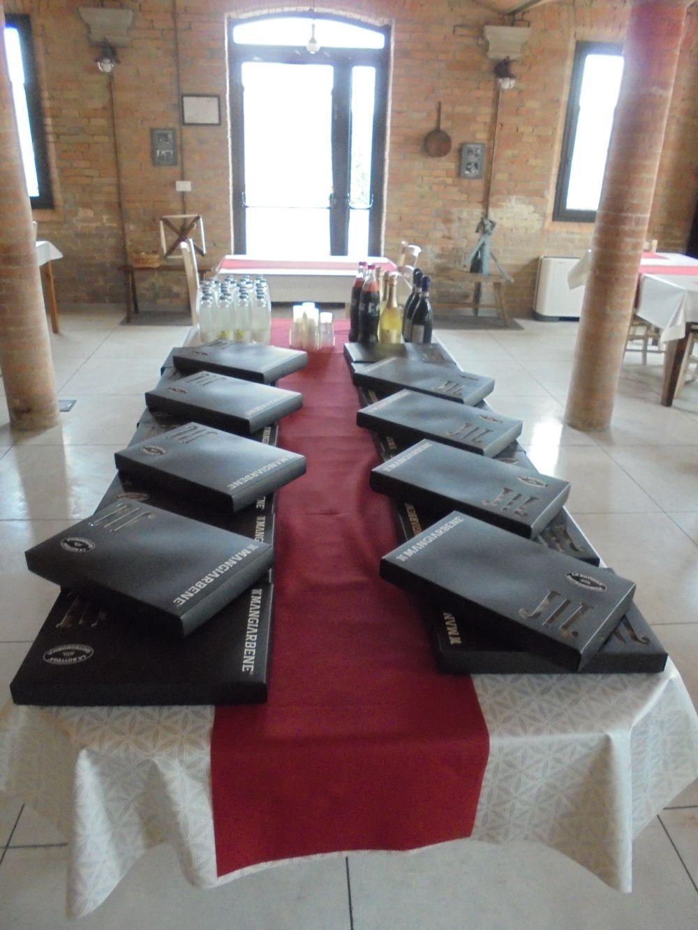 Gruppo di lavor di 20 persone con pausa pranzo servita da Catering nella vecchi stalla. E' garantito l'appoggio al tavolo con regolare distanziamento.