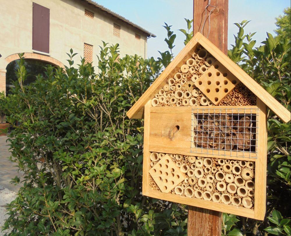 Una bella casetta per insetti, habitat naturale perfetto per la nidificazione degli 'insetti utili'