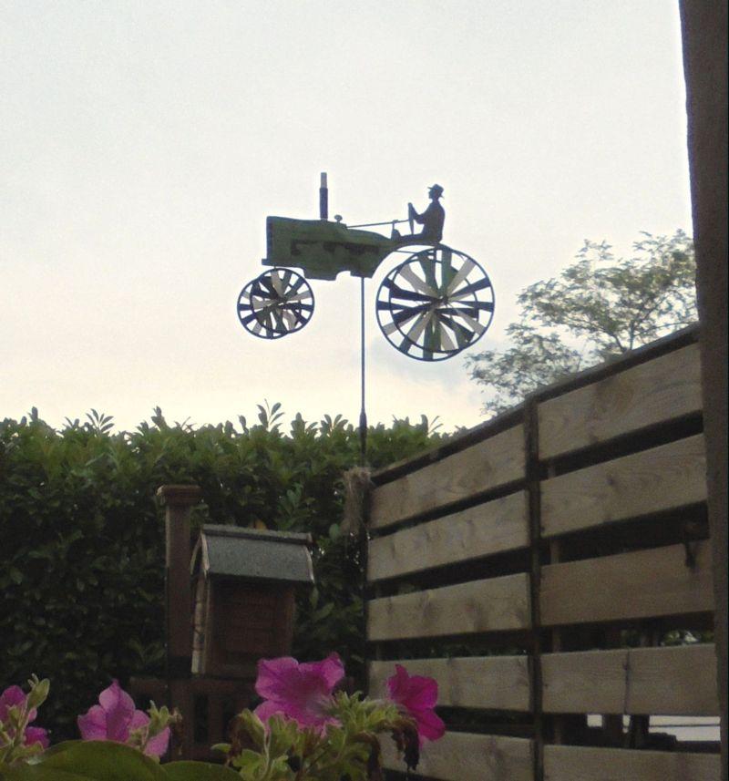 Ed ecco GiraVento, il contadino che si muove col suo trattore...  solo quando c'è vento !